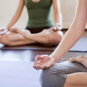 Deux personnes qui font de la méditation